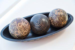 Schale mit Holzkugeln als Symbol für den Schutz der Daten