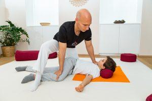 Shiatsu Dehnungsposition für Hüfte, Rücken und Oberschenkel in Rückenlage mit Verdrehung der Beine