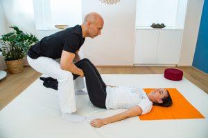 Shiatsuposition zur Entlastung der Wirbelsäule in Rückenlage mit angewinkelten Knien