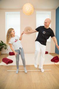 Shiatsupraktiker macht die Übung am Stock gehen mit einem Kind