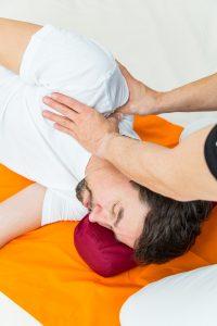 Detailansicht Shiatsu Fingerdruck für Verspannungen im Schulter und Nackenbereich