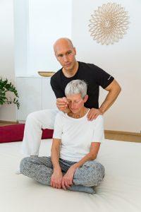 Shiatsu Arbeit an Schulter und Nacken im Sitzen mit Hilfe des Unterarms
